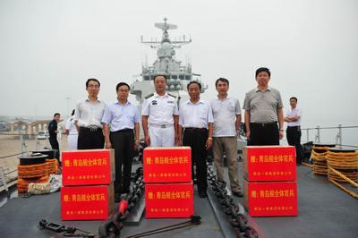 """慰问海军""""青岛舰""""官兵"""